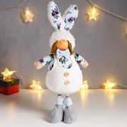 """Кукла интерьерная """"Малыш в белом комбезе и цветочной рубашке, в шапке-зайки"""" 43х11х17 см фото"""