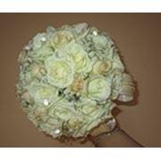 Букет невесты бутоньерки браслеты цветы в прическу фигурки из цветов композиции из живых цветов на стол молодоженов и их гостей. фото