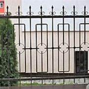 Заборные секции простой конструкции с использованием кованых элементов. фото