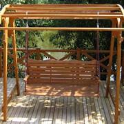 Садовые деревянные качели фото
