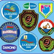 Одноцветные логотипы для спецодежды на деталях кроя фото