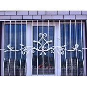 Решетки на окна кованые с выносом от окна. фото
