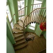 лестница деревянная на косоуре фото