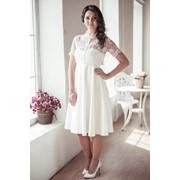 Короткое свадебное платье с кружевным болеро фото
