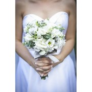 Свадебный букет из белой эустомы и эвкалипта фото