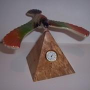 Орел на пирамиде с часами фото