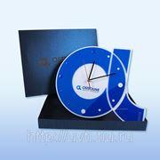 Часы оригинальной формы из акрилового стекла фото