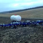 Азотное удобрение 82,2 % азота с одновременным внесением его в почву. фото