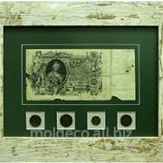 Монеты и банкноты в багетной раме фото