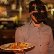 Ужин в темноте фото
