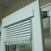 Горизонтальные жалюзи системы ВЕНУС на окна ПВХ фото