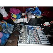 Звукорежисер с профессиональной аппраратурой фото