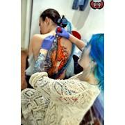 Сеанс художественной татуировки фото