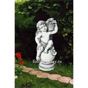 Скульптура для сада Ангел на шаре с корзиной фото