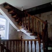 Лестница на центральном металлическом косоуре фото