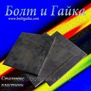 Рубка листового металла на гильотине. фото