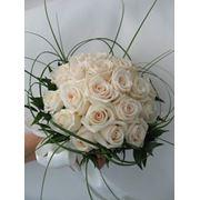 Свадебные букеты и композиции бутоньерки и цветы в прическу декор залов цветами тканями шарами фото