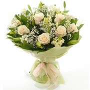 Нежный букет из 9 белых роз, 1 лилии, гипсофилы и рускуса. фото