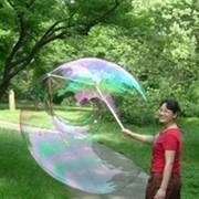 Специальная конструкция для создания гигантских пузырей. фото