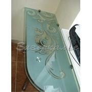 Стол стеклянный зеленого оттенка с узором фото