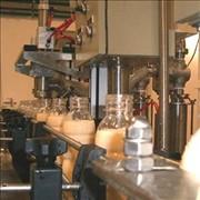 Упаковочный автомат по разливу молока в ПЭТ бутылки. фото