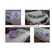 Сиреневая декорация для свадебной машины фото