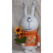 Заяц в оранжевом свитере - вязаная мягкая игрушка фото