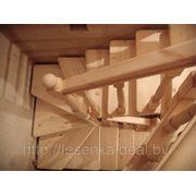 Малогабаритная лестница с разворотом на 180 градусов через забежные ступени фото