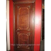 Дверь из красного дерева. фото