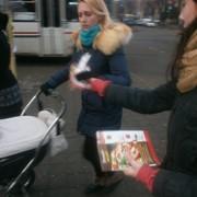 Вручение газет на улицах города. фото