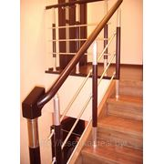 Комбинированное (сосна+аллюминий) ограждение, закрытая лестница из ясеня фото
