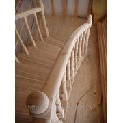 Изящная лестница с поручнем, «изогнутым» в двух плоскостях фото