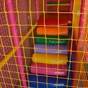 Изготовим сетки заградительные,защитные,спортивные для игровых лабиринтов,площадок,спортзалов. фото