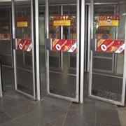 Реклама на входных и выходных дверях метрополитена фото