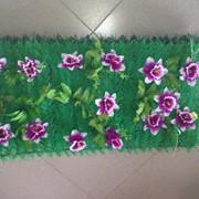 Коврик из искусственной зелени и цветов фото