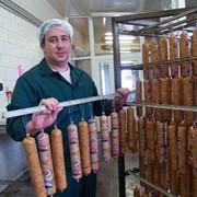 Выработка мясных изделий колбас Маяк из собственного сырья фото