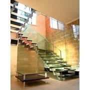 Стеклянная лестница по дизайнерским эскизам фото
