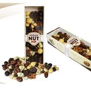 Фундук,миндаль,грецкий орех и арахис,покрытые черным,молочным и белым шоколадом,а также обжаренные орехи. фото