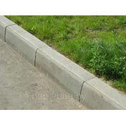 Бордюр серый (камень бортовой бетонный) фото
