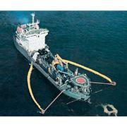 Ликвидация разливов нефти в море фото
