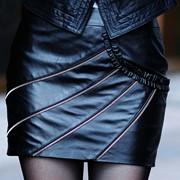Пошив юбки из кожи с молниями фото