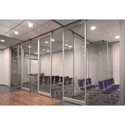 Перегородка звукоизолирующая офисная мобильная раздвижная стеклянная для конференц зала фото