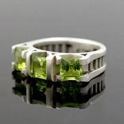Серебряное обручальное кольцо с зеленым оливином от WickerRing фото
