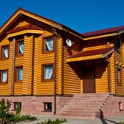 Деревянные дома из оцилиндрованного бревна естественной влажности. фото