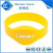 Контрольные силиконовые браслеты с логотипом фото