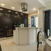 Кухня в классическом стиле с барной стойкой  фото
