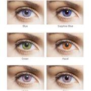 Примерка цветных контактных линз. фото