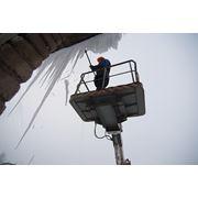 Уборка снега. Удаление сосулек с крыш зданий. фото