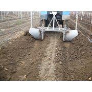 Уникальная машина для накрывания и раскрывания виноградников. Оборудование для виноградарства фото