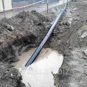 Прокладка водопроводной трубы в земле фото